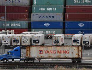 Contêineres com mercadorias da Ásia, na sexta-feira no terminal de carga de Long Beach (Califórnia).
