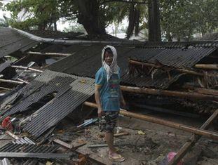 Um homem em Carita, no distrito de Pandeglang, depois do tsunami.