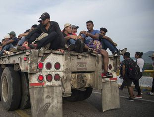 Centro-americanos da caravana de migrantes, no sábado, em Arriaga (Chiapas, México).